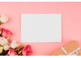 带空卡和礼物的俯瞰美丽玫瑰花布置_1206776301