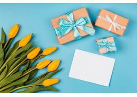 带空白卡片和礼物的黄色郁金香_1206774301