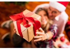 带礼物的高年级夫妇特写_96230201