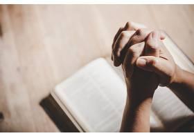 灵性和宗教双手交叉在一本圣经上祈祷在_501798001