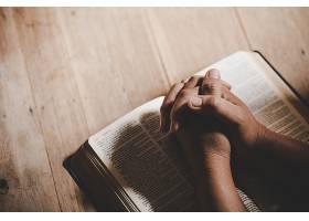 灵性和宗教双手交叉在一本圣经上祈祷在_501798101