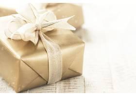 金色礼盒明亮闪亮的背景上有漂亮的缎带和_143151601