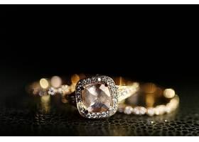 镶嵌在皮革上的金色结婚戒指上的珠宝闪闪发_161313501