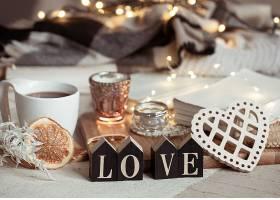 静物中有木质的爱情字样有一杯饮料有灯_1265166101