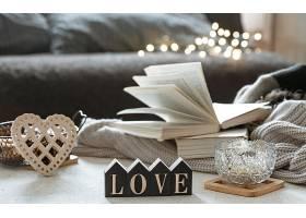 静物木制的文字爱情书籍和舒适的物品在_1233951701