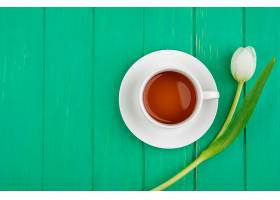 一杯茶的俯视图在绿色木质背景上有令人惊_1235023901