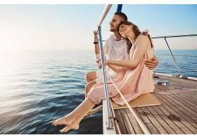 幸福美丽的成年夫妇坐在游艇边度假时在海_911800301