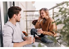 开朗的女士在阳台和丈夫聊天迷人的年轻女_1215287201