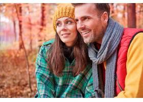 快乐的一对夫妇在森林里度过了一天_1198056501