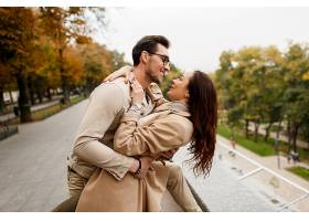 快乐的年轻女子和她的男朋友享受约会的户外_929511401