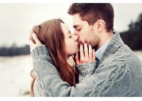 恋爱中的情侣在接吻时摆姿势的特写_90089401