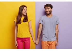 恋爱中的浪漫情侣约会牵手正面看对方_1163382501