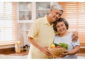 一对亚洲老年夫妇在家中的厨房里放松的同时_439755501