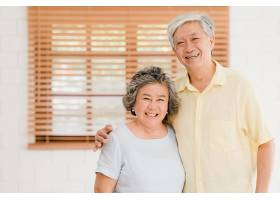 一对亚洲老年夫妇在家中的客厅里放松时微_439640801