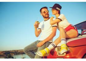 一对夫妇在夏日河边的海滩上休息爱情幸_1249460601