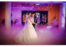 一对夫妇在婚礼上跳舞_91379501