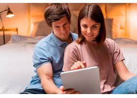 一对夫妇在家中聚在一起的特写_1119521101
