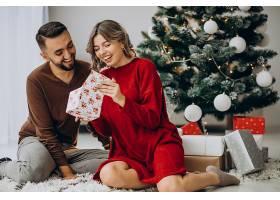 一对夫妇在家里一起庆祝圣诞节_1129185501