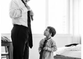 父亲教儿子如何打领带_278919201