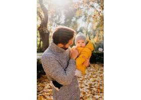 爸爸带着他的孩子在户外_1190464701
