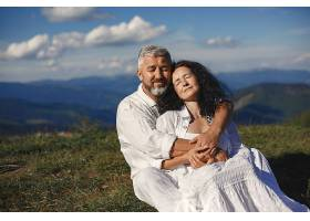 山里的老男人和老女人日落时分相爱的成年_1088494701