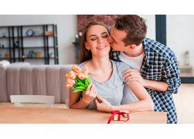 男人亲吻幸福的妻子送礼物_434135401