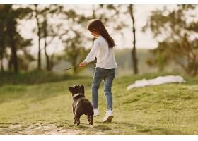 一个小女孩和她漂亮的狗的肖像_924552901