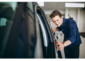 一个年轻人在找一辆要租的车_550812301