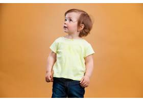 一个橙色背景的可爱女婴_892393001