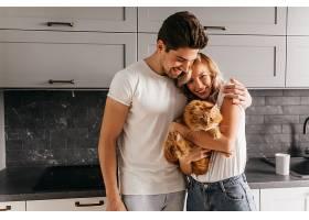 一位年轻漂亮的女士抱着猫拍摄全家福可爱_1215279401