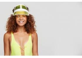 橫拍年輕可愛的紅發女子戴著霓虹燈帽子_1258349301