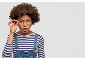 美丽的非洲裔美国女性的形象通过眼镜一丝不_1208647901