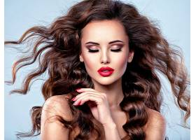 美丽的高加索女子留着棕色卷发一个年轻_1196113901