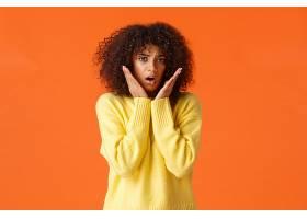 胆小而没有安全感的可爱女孩留着非洲发型_1260156701