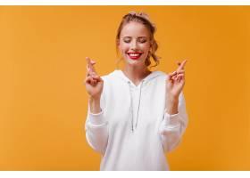 脸颊上有漂亮酒窝的女人微笑着许愿_1230527601