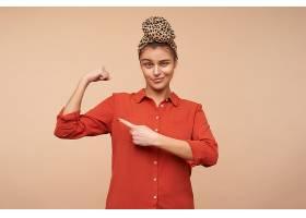 自信的年轻可爱的黑发女子自然化妆食指_1246944301