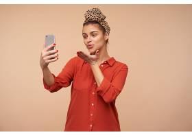正面的年轻漂亮的黑发女子穿着红色衬衫_1246991201