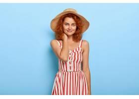 身穿夏装头戴草帽留着姜黄色头发的可爱_1260975701