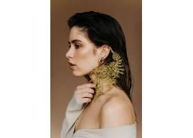 室内植物可爱的黑发女子肖像可爱的年轻女_1260820101