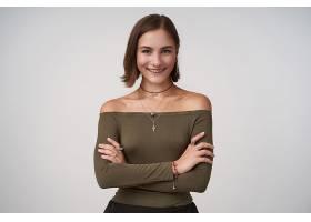 室内照片年轻漂亮的棕色头发的女性双手交_1247154001