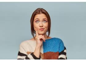 一位化妆靓丽身穿多彩毛衣的年轻漂亮女子_1063204201