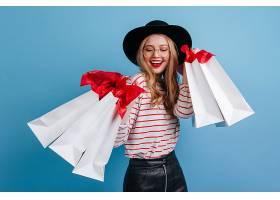 一位戴着帽子的漂亮女孩在购物后摆姿势录_1243006801