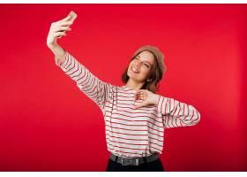 一位戴着贝雷帽的可爱女子自拍的肖像_678087901