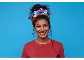 快乐的年轻漂亮的深色头发卷曲的女人戴着_1247159601
