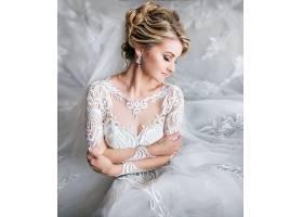 婚禮前夢幻般的金發新娘在豪華房間里擺姿_263148601
