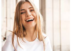 美丽微笑的金发模特身着夏日时髦服装的肖像_662925301