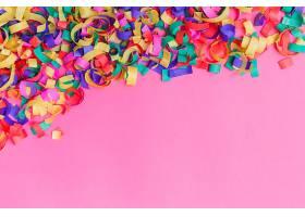 鲜艳的粉色五彩纸屑_167101601