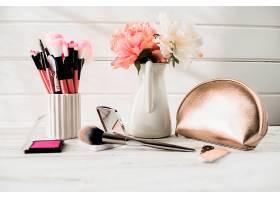 鲜花和袋子附近的刷子和化妆品_205893501