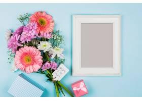 鲜花附近的相框包装袋礼物和笔记本附近_404060001
