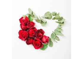 心形白色背景上用玫瑰花和小树枝做成_298340701
